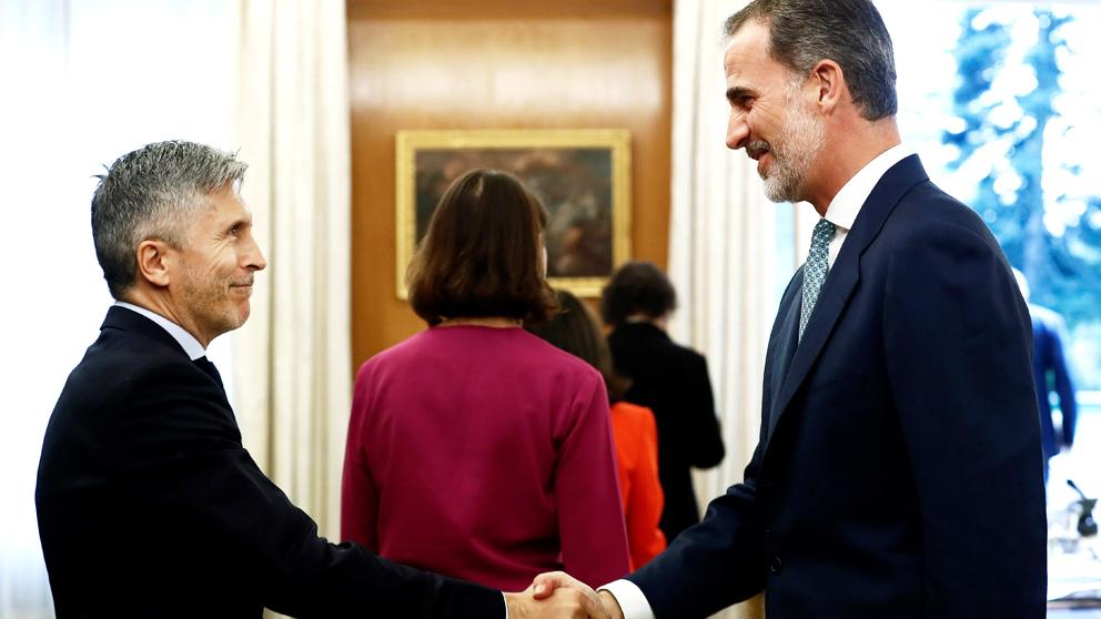 El ministro del Interior, Fernando Grande-Marlaska, estrecha la mano al Rey. (Foto: EFE)