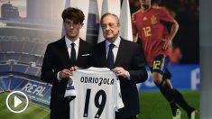 Odriozola, junto a Florentino en su presentación con el Real Madrid. (AFP)