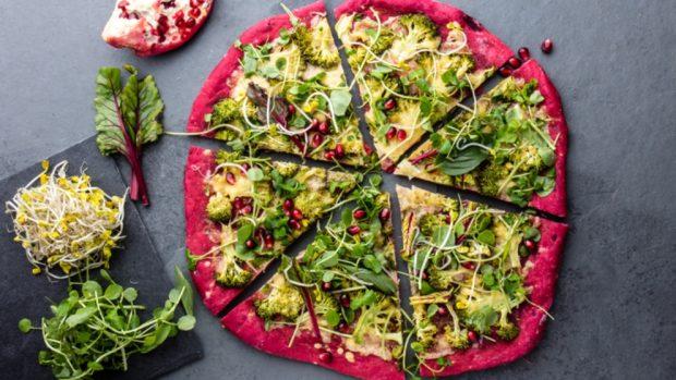pizza vegetariana con base de remolacha