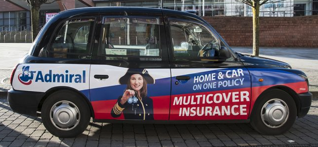 Un taxi con publicidad de la aseguradora Admiral