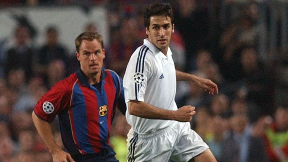 Frank de Boer y Raúl durante un Barcelona – Real Madrid. (AFP)
