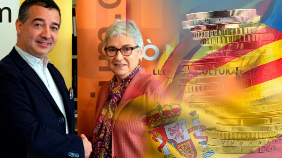 Ernest Pérez-Mas, director de Hablemos, y Muriel Casals, presidenta de Òmnium Cultural, firmaron un convenio de colaboración.