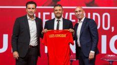 Luis Enrique posa con la camiseta de la selección española. (EFE)