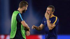 Luis Enrique conversa con Piqué durante su etapa en el Barça. (Getty)