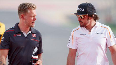 Kevin Magnussen afirma que muchas de las quejas que se le oyen a Alonso por la radio de su McLaren son exageraciones. (getty)