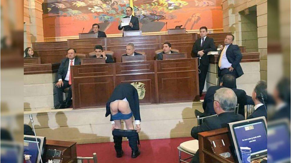 El senador colombiano Antanas Mockus se baja los pantalones en la sesión de constitución del Congreso.