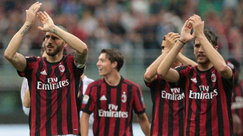 Los jugadores del Milan agradecen a la grada su apoyo. (Getty)