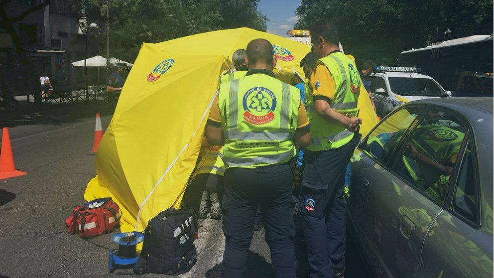 Miembros del Samur tratan de revivir durante 40 minutos al motorista arrollado en la calle Alcalá de Madrid. (Emergencias Madrid)