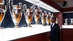 Vinicius Junior observa las Champions del Real Madrid. (realmadrid.com)