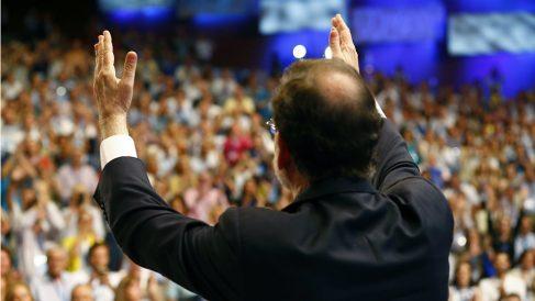 Mariano Rajoy agradece los aplausos de los compromisarios en el XIX Congreso del PP. (EFE)