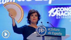 Soraya Sáenz de Santamaría despliega un abanico con la bandera de España durante su discurso