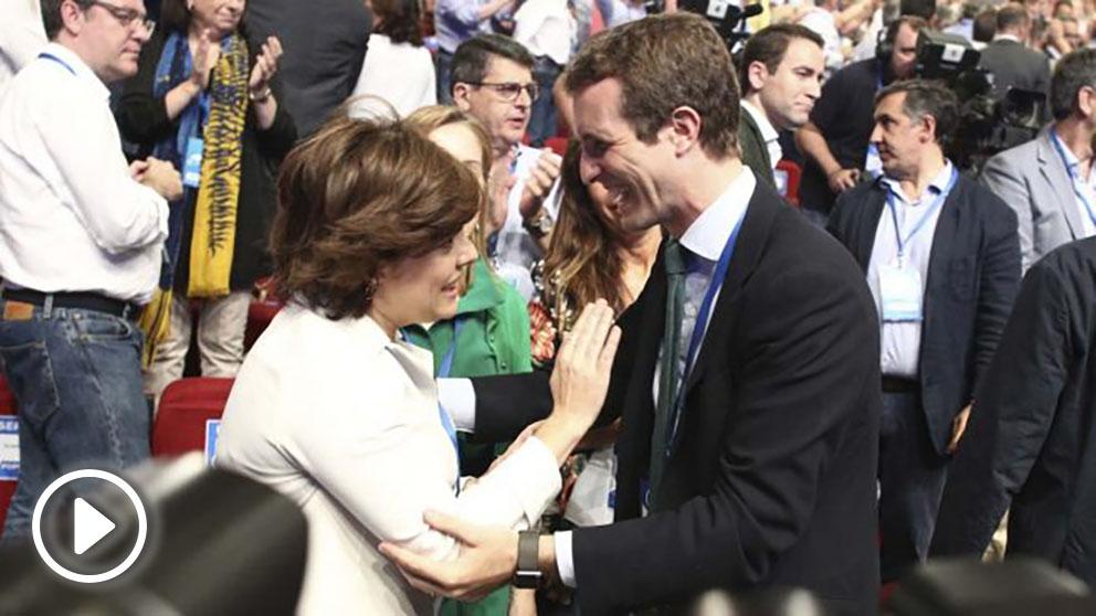 Soraya y Casado se saludan al llegar al Congreso. Foto: Europapress
