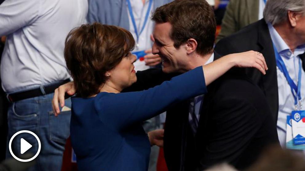 Soraya Sáenz de Santamaría y Pablo Casado se abrazan a su llegada al Congreso del PP. Foto: EFE