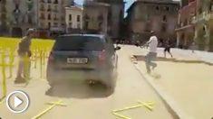 Un coche arolla las cruces amarillas en la plaza de Vic.