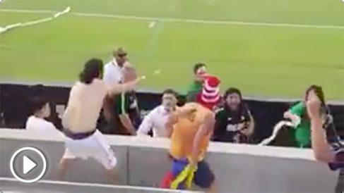 René Higuita agrede a un aficionado rival.