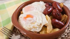 Receta de huevos estrellados con chorizo, un plato tradicional