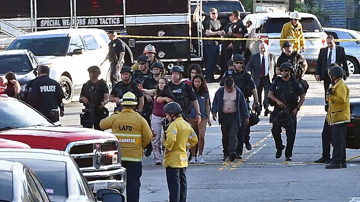 Agentes del SWAT con varios de los rehenes liberados. Foto: AFP