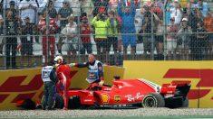 Vettel abandona el coche tras el accidente. (Getty)