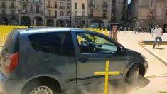 Vehículo pasando por encima de las cruces amarillas en Vic.