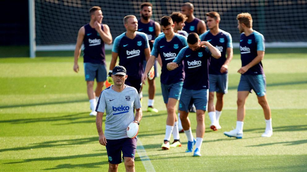 Ernesto Valverde y los futbolistas del Barcelona durante un entrenamiento. (EFE)