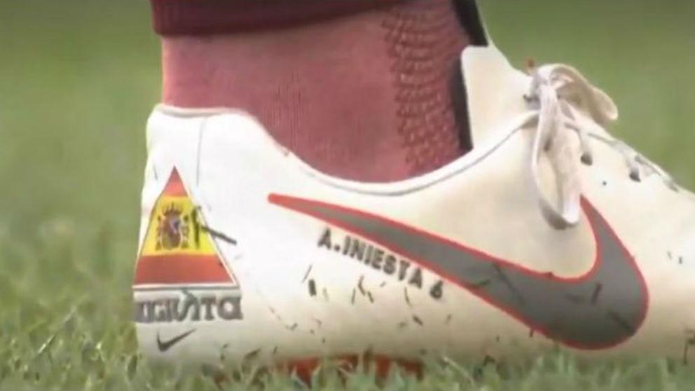 Andrés Iniesta lució la bandera de España en su debut en Japón.