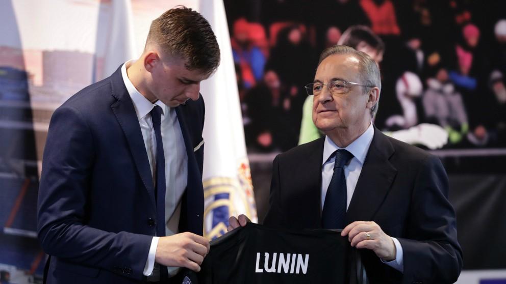 Lunin, junto a Florentino Pérez en su presentación como jugador del Real Madrid. (EFE)