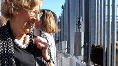 Manuela Carmena visitando la perrera municipal. (Foto. CPA)