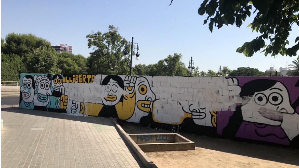 El mural proetarra de Valencia, en homenaje a los matones de Alsasua, amanece con sus mensajes tapados con pintura blanca. (OKD)