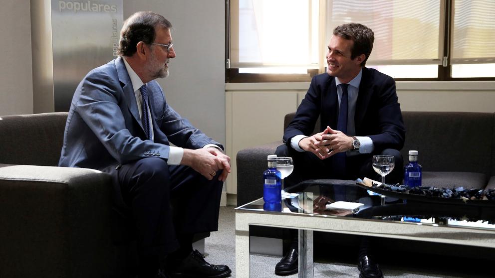 Pablo Casado y Mariano Rajoy reunidos en Génova. (Foto: EFE)