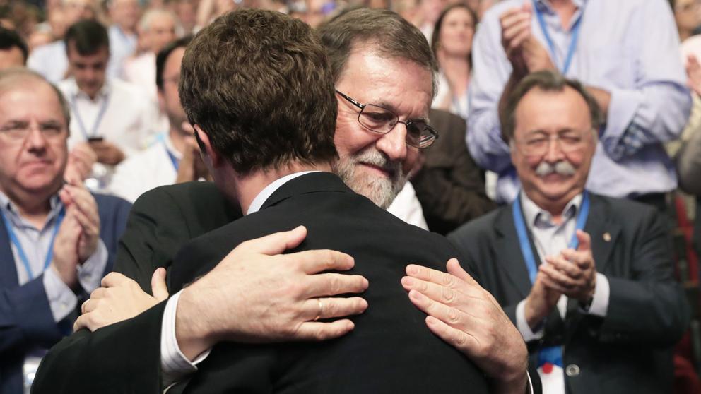 Mariano Rajoy felicita a su sucesor en la presidencia del PP, Pablo Casado. (Foto: EFE)