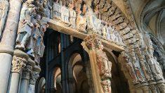 El Pórtico de la Gloria de la Catedral de Santiago, tras la restauración que recupera su policromía. (EP)