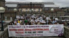 Concentración en la estación de Santiago de familiares y víctimas del accidente de Angrois, en el quinto aniversario. (EP)