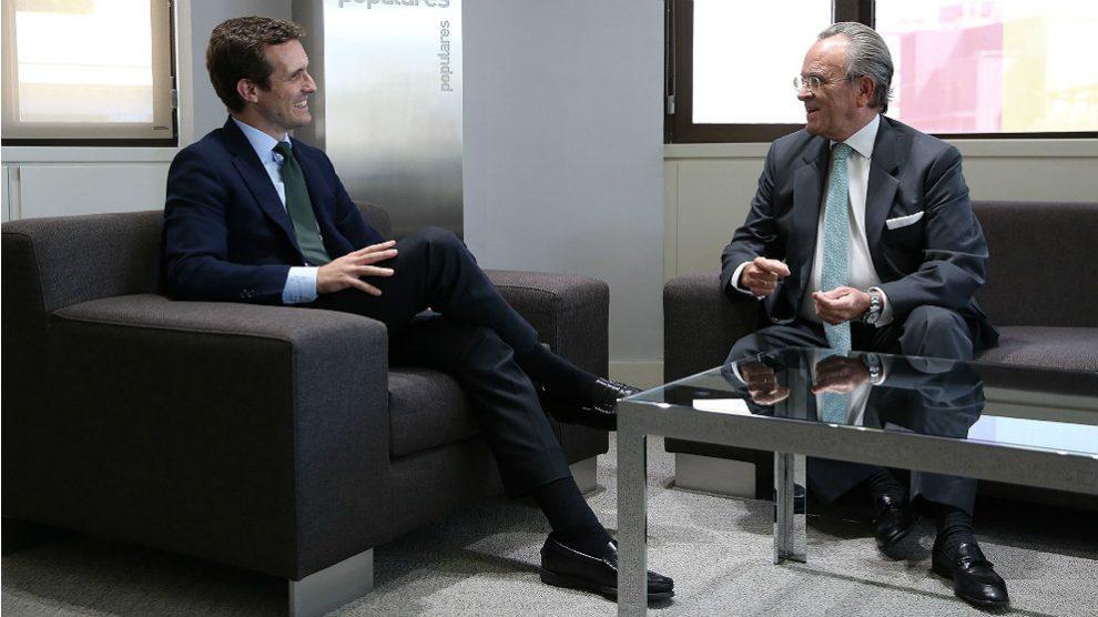 Antonio Hernández Mancha, ex presidente de Alianza Popular, junto al presidente del PP, Pablo Casado. (EP)