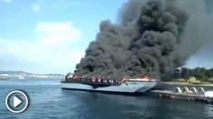El barco ardiendo junto a Isla de La Toja.