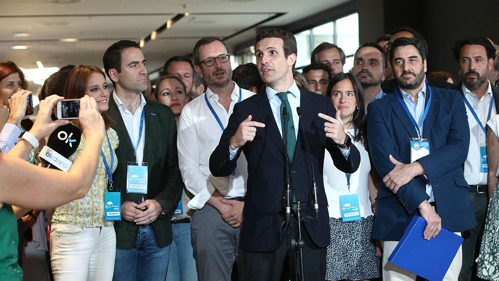 Pablo Casado, a su llegada al congreso extraordinario del PP, junto a parte de su equipo. (EP)