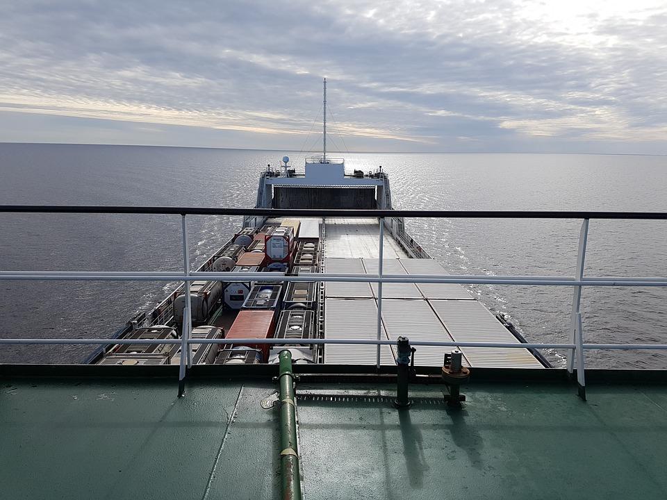 Las rutas marítimas son fundamentales comercialmente..