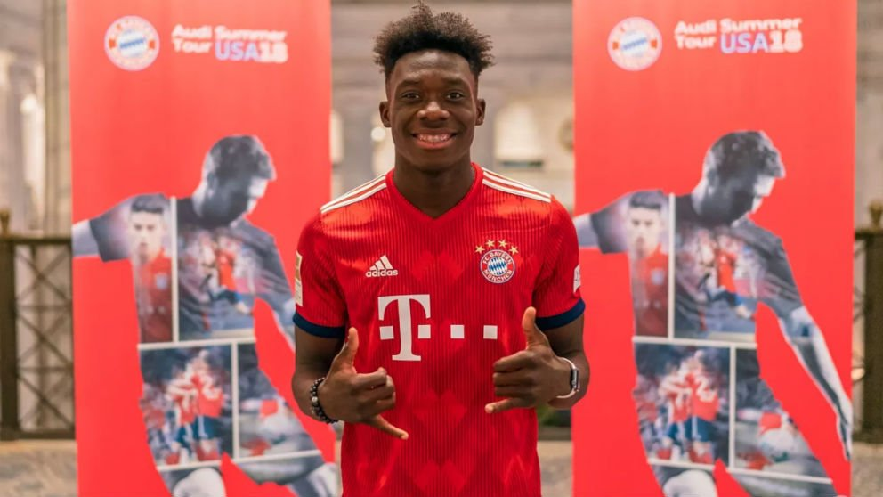 Alphonso Davies posa como nuevo futbolista del Bayern.