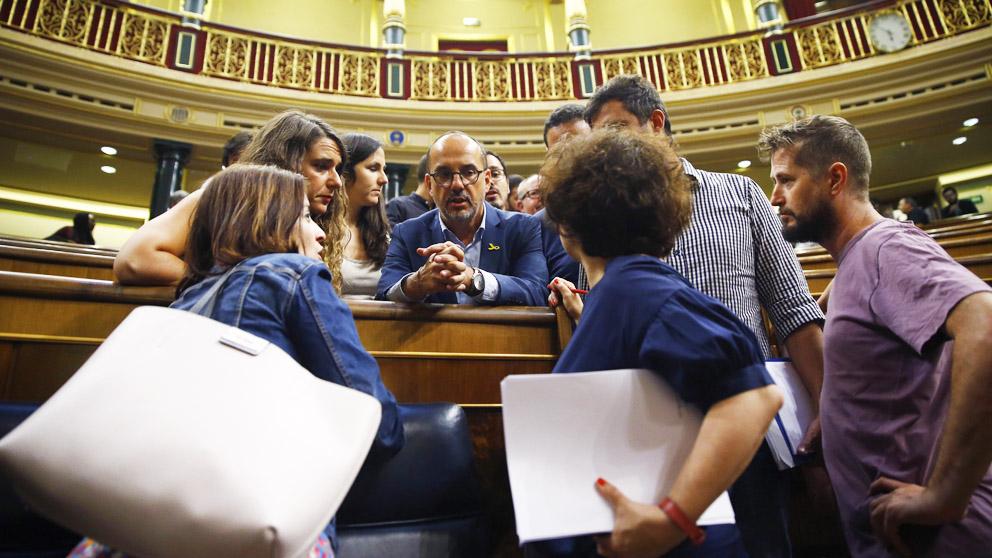 Carles Campuzano (PDeCAT) conversa con otros diputados. (Foto: EFE)