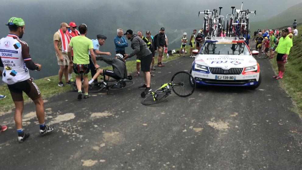 Chris Froome, derribado por un gendarme. (Foto: @albertsecall)