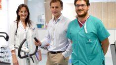La doctora Esther Merino, cardióloga y responsable de la Unidad de Rehabilitación Cardiaca; el doctor Luis Serratosa, jefe del servicio de Medicina Deportiva y Rehabilitación, y Carlos Brenes, fisioterapeuta.