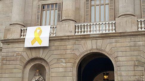 Lazo amarillo golpista que preside la fachada del Ayuntamiento de Barcelona.