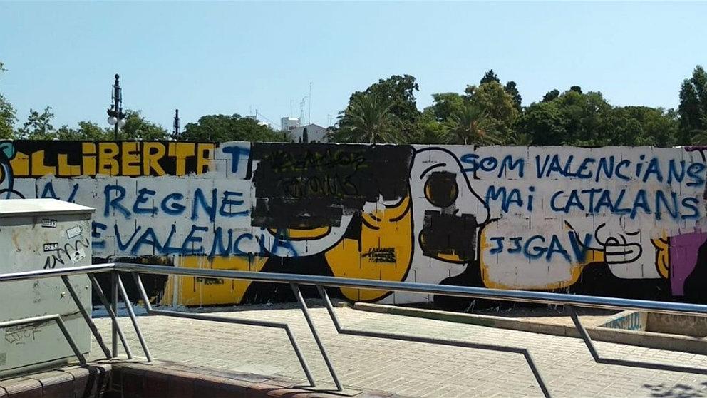 Aspecto del mural proetarra de Valencia tras las pintadas en su contra de los vecinos.