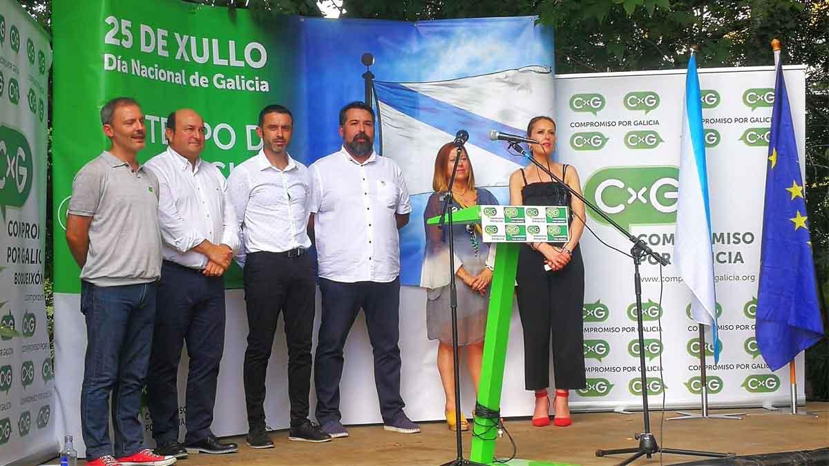 Ortuzar junto a Juan Carlos Piñeiro y otros participantes en el acto