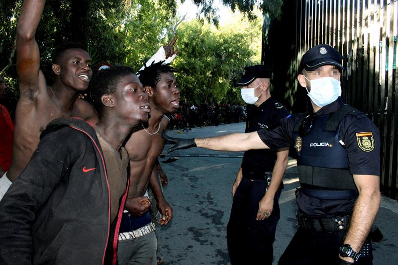 Inmigrantes Ilegales rocían con cal viva a Guardias Civiles en la valla de Ceuta