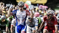 Demare celebra su victoria en el Tour de Francia. (AFP)