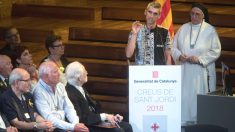 El músico Roger Español, que perdió la visión por el impacto de una pelota de goma durante el referéndum del 1-O, tras recibir la Creu de Sant Jordi durante un acto celebrado por primera vez en el Palau de la Música Catalana. (Foto: Efe)