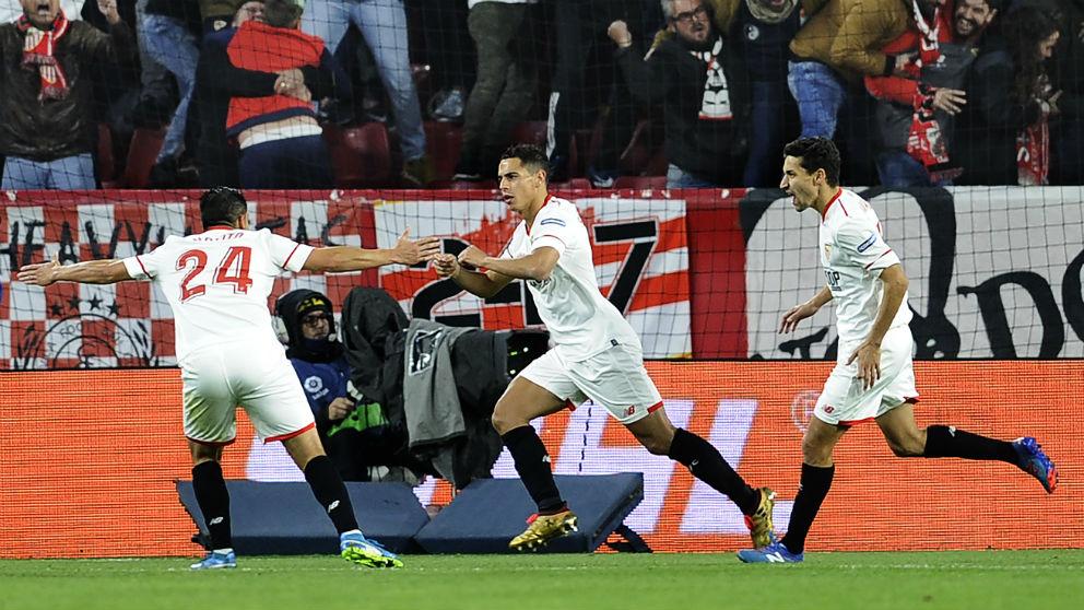 Los jugadores del Sevilla celebran un gol. (AFP)