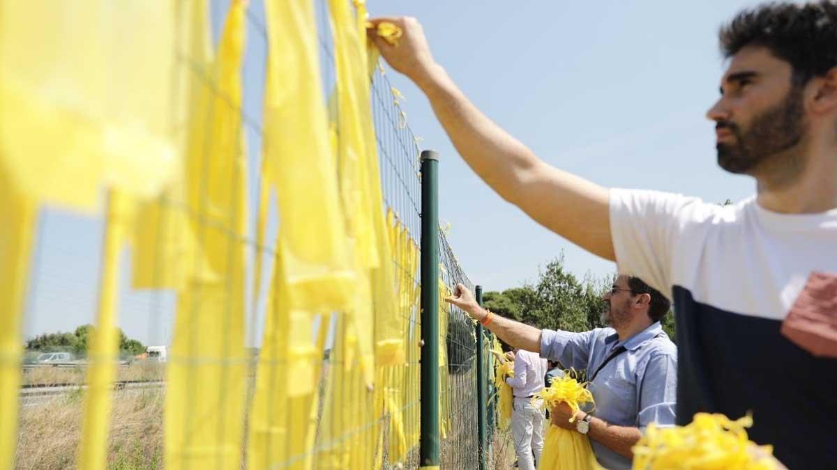 Un grupo de ciudadanos quitando lazos amarillos de los separatistas. (Foto: EP)