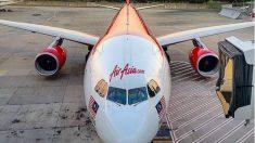Hallado el cadáver de un bebé en el baño de un avión de AirAsia