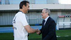 Lopetegui saluda a Florentino Pérez en Valdebebas.